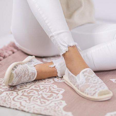 Białe espadryle zdobione koronkowym materiałem Rose - Obuwie