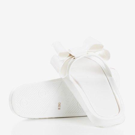 Białe klapki gumowe z kokardką Regiton - Obuwie