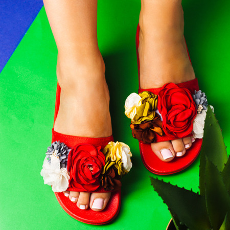 Czerwone klapki z ozdobnymi kwiatkami Judith - Obuwie