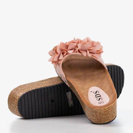 Jasnoróżowe damskie klapki z kwiatkami Bwakira - Obuwie