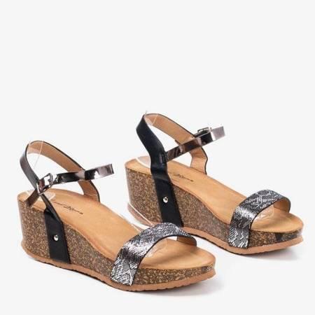 OUTLET Czarne sandały damskie na koturnie ze zwierzęcym motywem Akena - Obuwie