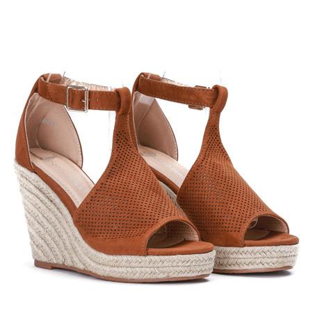 Sandały na koturnie z ażurowym wykończeniem w kolorze camel Fastina - Obuwie
