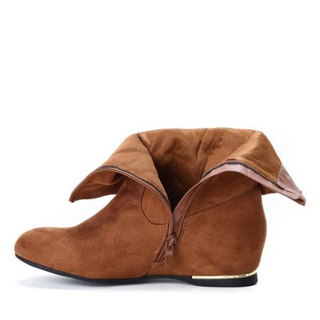 Zamszowe botki na krytym koturnie w kolorze camel Lovely- Obuwie
