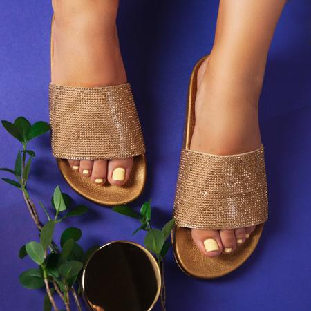 Złote klapki z cyrkoniami Fonna - Obuwie