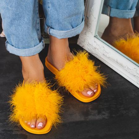 Żółte klapki z futerkiem Beta - Obuwie