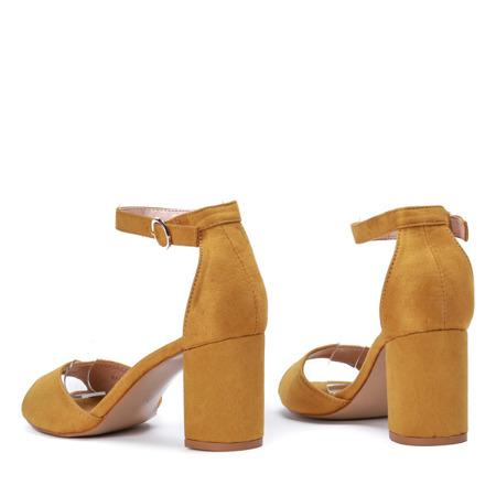 Żółte sandały z eko - zamszu na słupku Arrietty - Obuwie